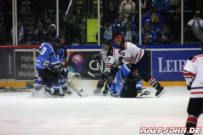 Heiße Torszene im Spiel Icefighters II gegen Saale Bulls 1b