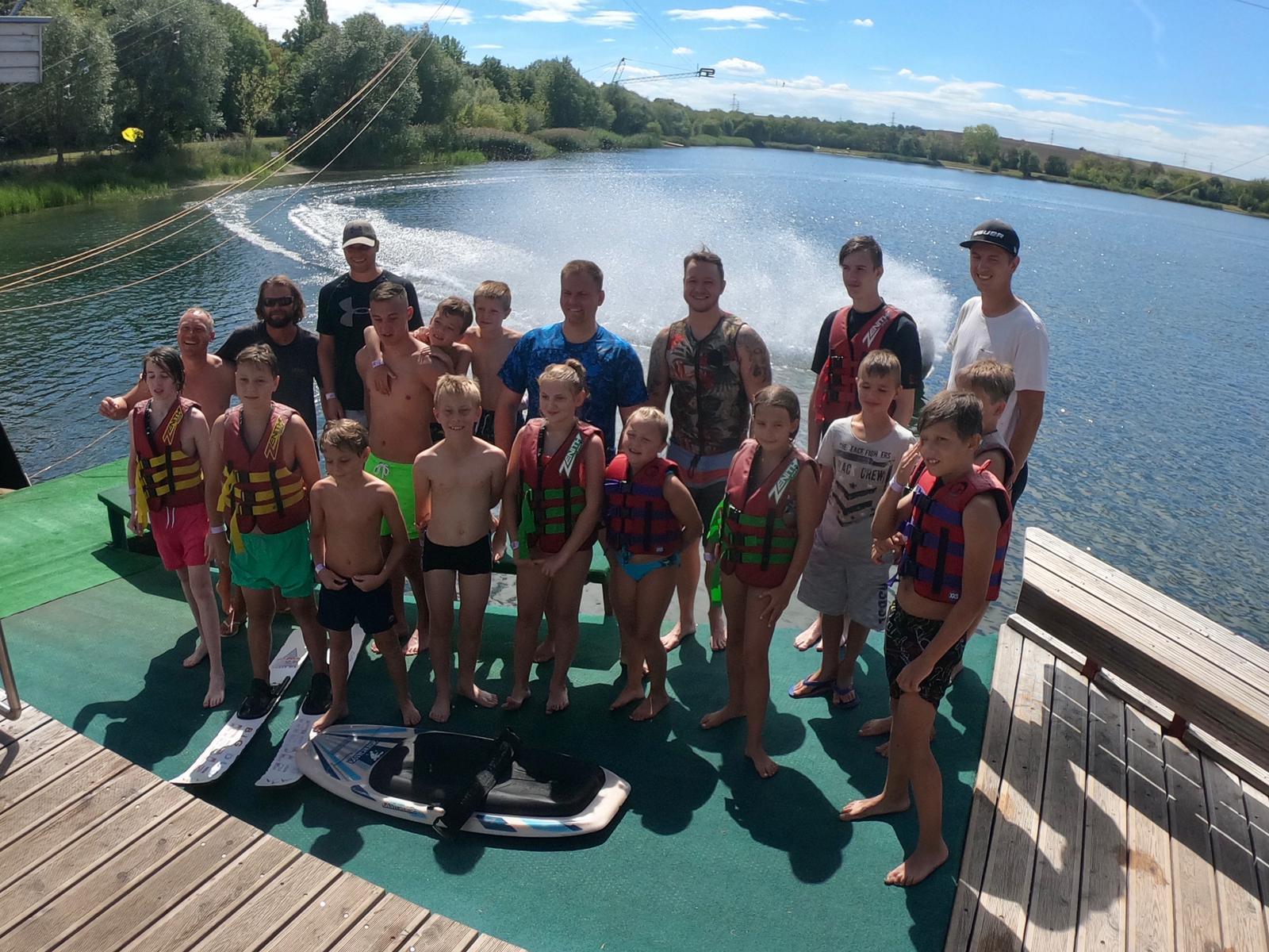Schöner Sommerabschluss auf Wasserski und Wakeboards
