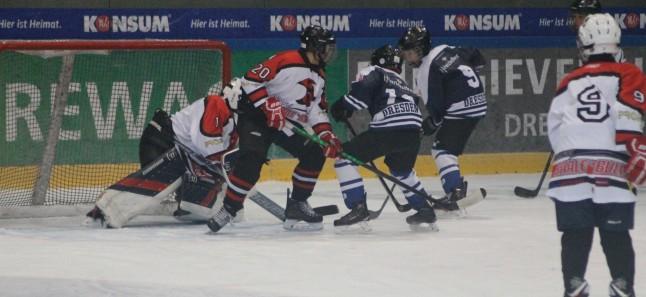 Young Saale Bulls vs Eislöwen Juniors - Torszene